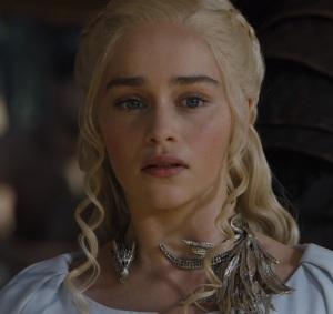 Queen of meereen Daenerys Targaryen dragon necklace white dress Game of Thrones HBO Emilia Clarke